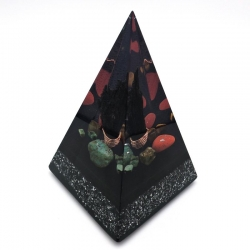 Orgonite Cianite Negra, Amazonite, Esmeralda, Labradorite, Jaspe Vermelho e Olho de Tigre, Pirâmide Núbia L