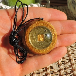 Orgonite Colar Mini Tower Buster dourado com moeda de feng shui
